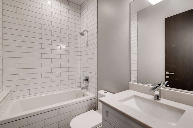 3530 N Lincoln Ave Unit 201-small-010-9-Bathroom-666x444-72dpi